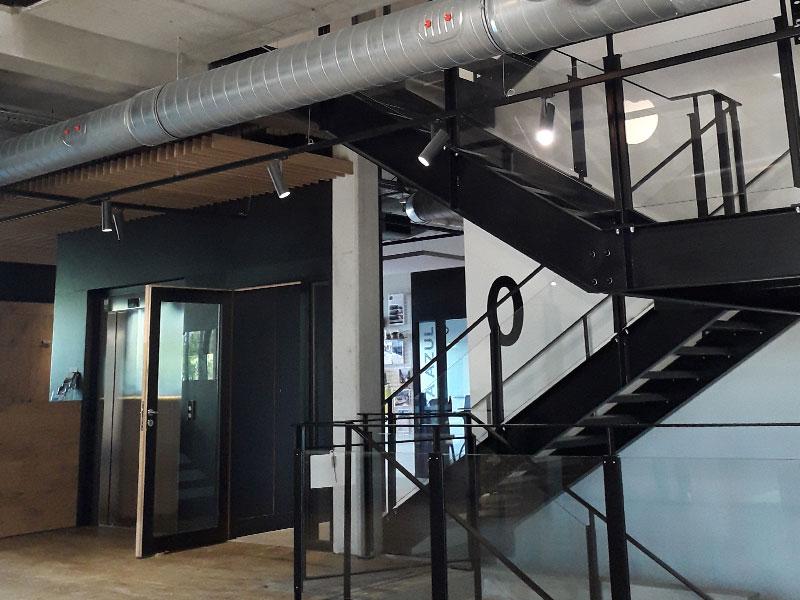 Escaliers métalliques installés dans un bâtiment tertiaire dans le Nord de la France.