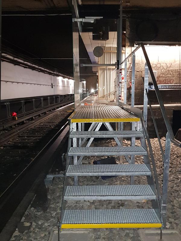 Escaliers porte d'accès tunnel