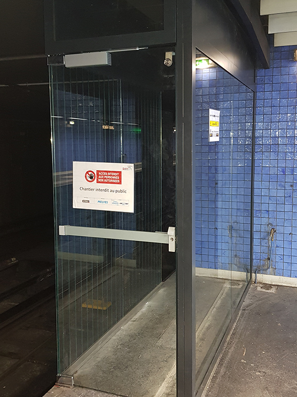 Porte d'accès tunnel avec vitrage anti-ventouse