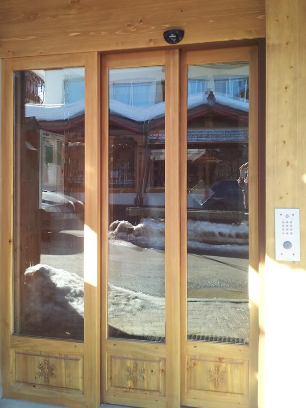 Porte automatique télescopique en bois