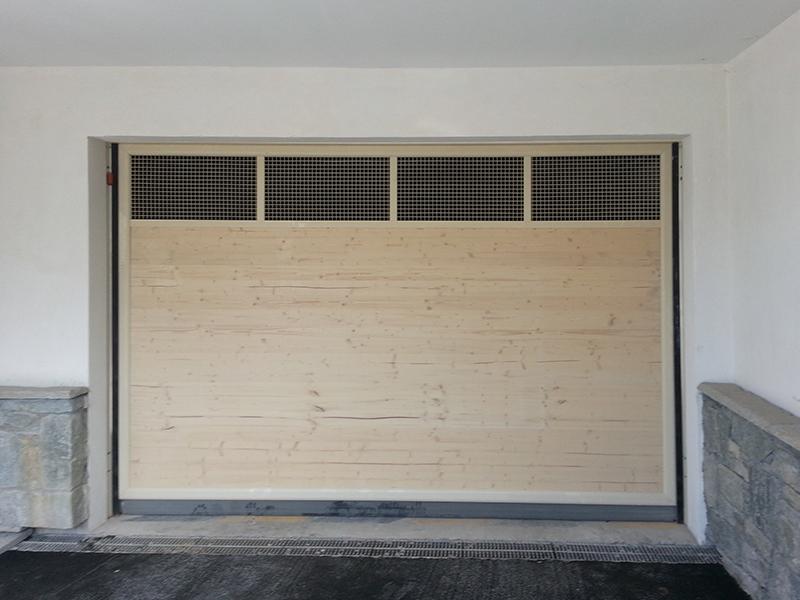 Porte de garage en bois automatique avec aérations